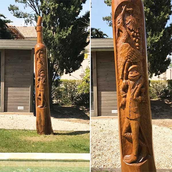 Totem au bord de la piscine par le sculpteur sur bois Pascal Cousin